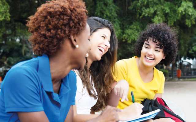 Schülerinnen in der generalistischen Pflegeausbildung, die ab 2020 die Ausbildung zur Krankenschwester, zum Altenpfleger und in der Kinderkrankenpflege ersetzt.