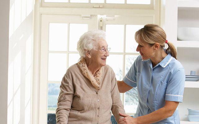 Berufsalltag einer Krankenschwester oder einer Altenpflegerin, deren Berufsbezeichnung zukünftig Pflegefachmann oder Pflegefachfrau lauten wird, wen sie ab 2020 die generalistische Pflegeausbildung durchlaufen hat.