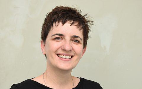 Portrait von Sonja Schwarz, Ansprechpartnerin beim Caritasverband Würzburg für die generalistische Pflegeausbildung, die ab 2020 die bisherigen Ausbildungen zur Krankenschwester, zum Altenpfleger und in der Kinderkrankenpflege ersetzt.